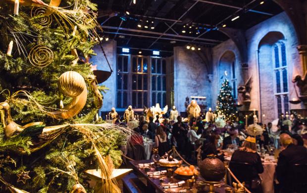 Grande Salle Harry Potter avec des tables qui croulent