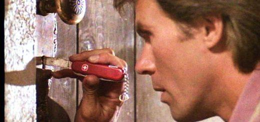 MacGyver crochetant une serrure au couteau suisse