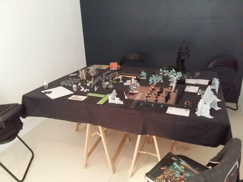 Table installée pour une partie de Warhammer - Expo dont vous êtes le héros